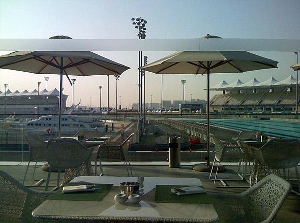 Вид из Yas Marina Hotel на трассу
