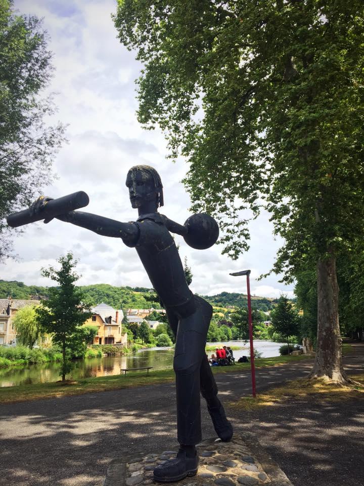 Скульптура у реки в Эспалионе