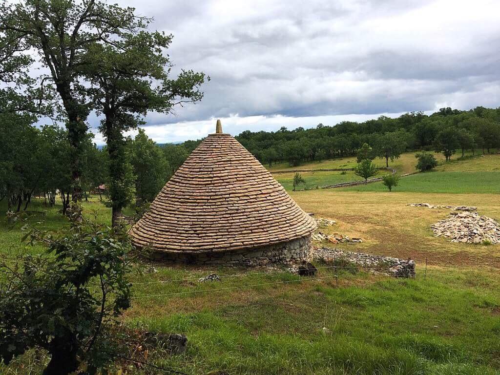 Традиционные постройки с конусообразными крышами