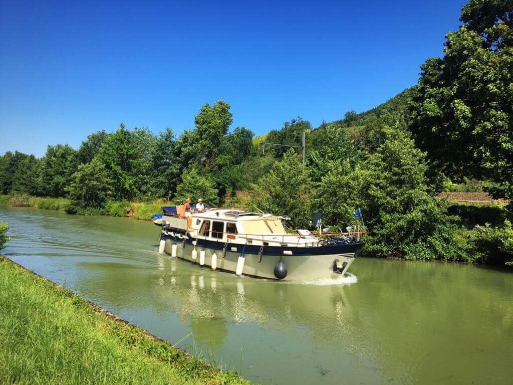 Речной катер идёт вверх по каналу