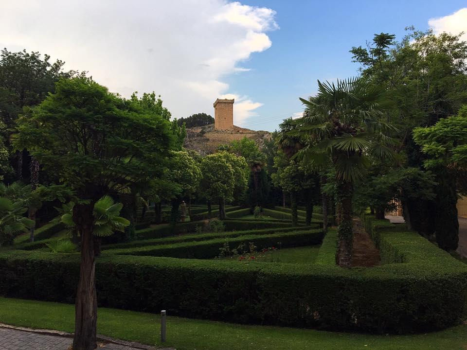 Зеленые аллеи и вид на башню в Alhama de Aragon