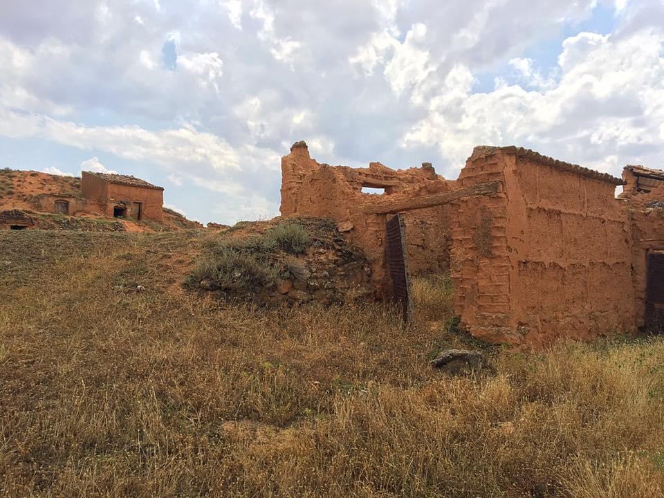 Руины саманных домиков в Cetina