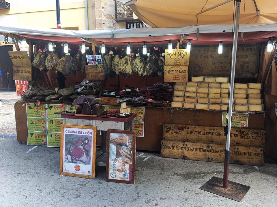 Средневековый базар: хамон, сыры, местные продукты