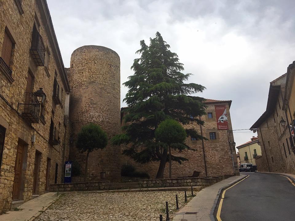 Городские стены 14 века и башня Сигуэнсы