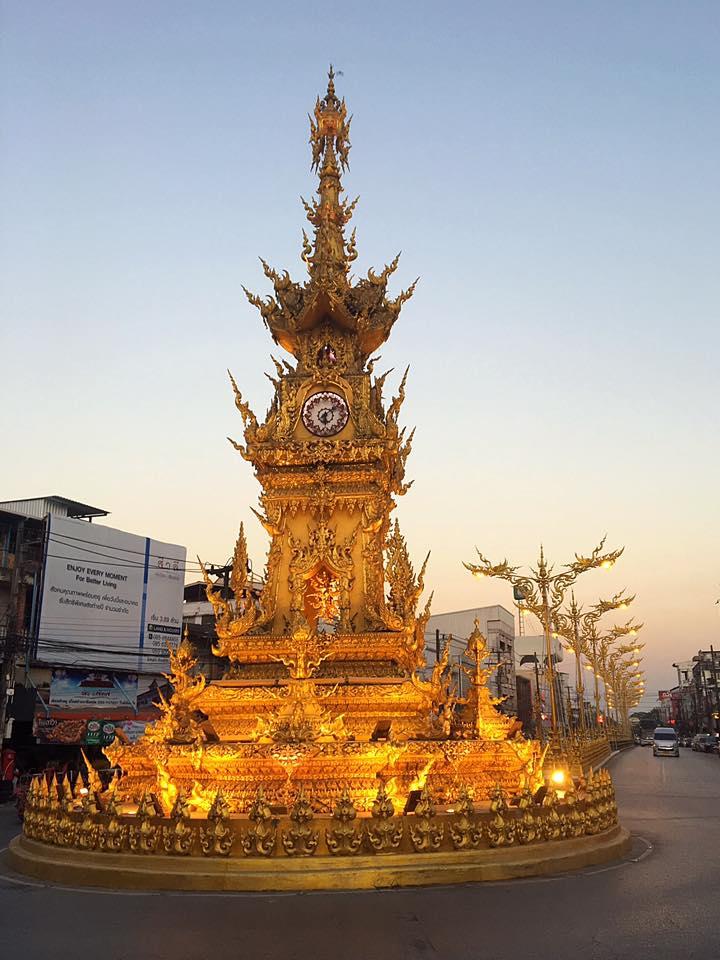 Часовая башня в Чианг Рай в стиле Белого храма