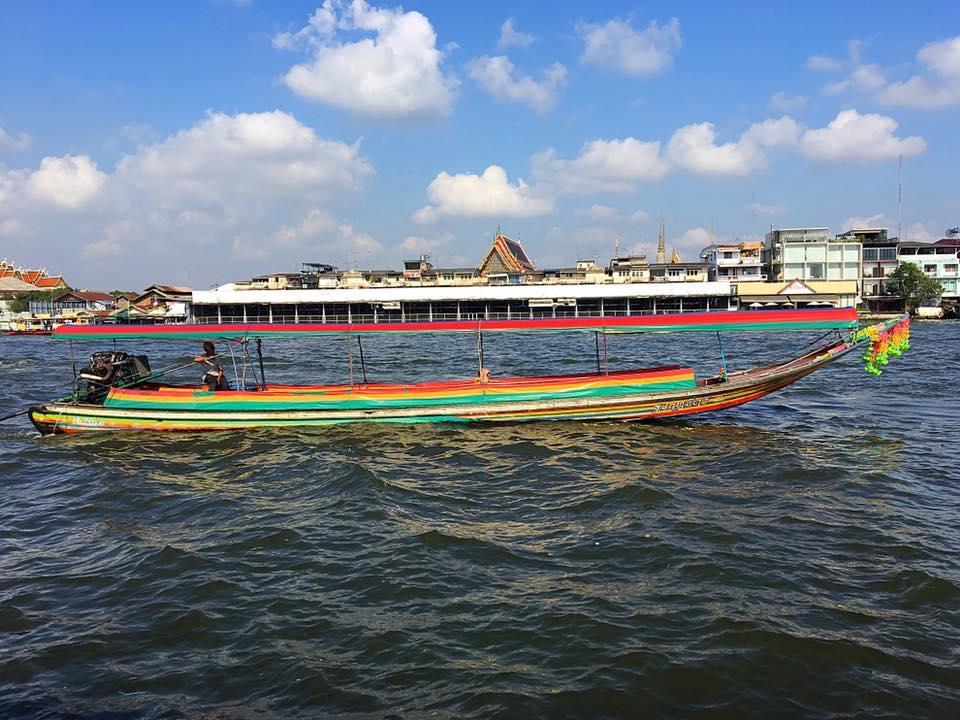 На такой лодке можно переправиться через реку в Бангкоке