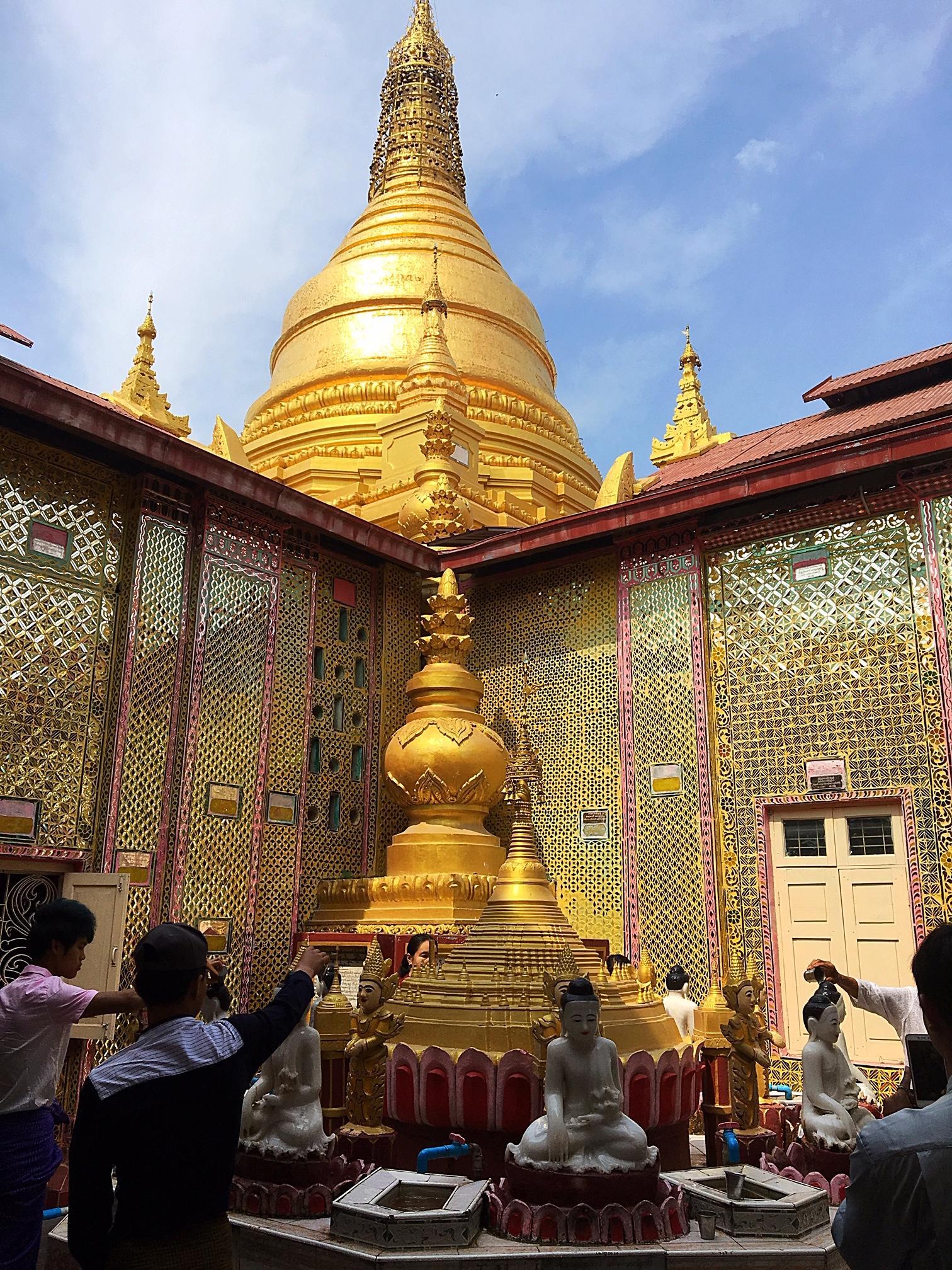 Посетители проходят по кругу по часовой стрелке. Нужно вылить воду на голову каждой скульптуре будды.