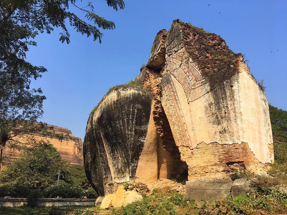 Полуразрушенный гигантский лев в Мингуне