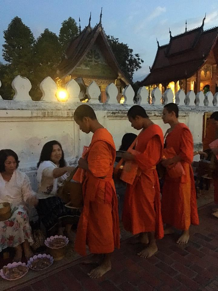 Церемония раздачи подаяния монахам