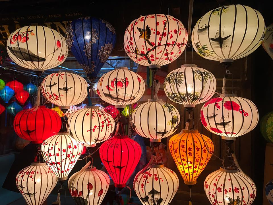 Фонари на рынке Хойана