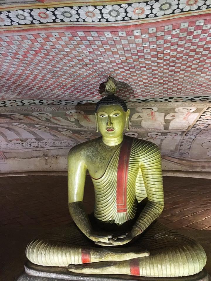 Будда в пещерном храме