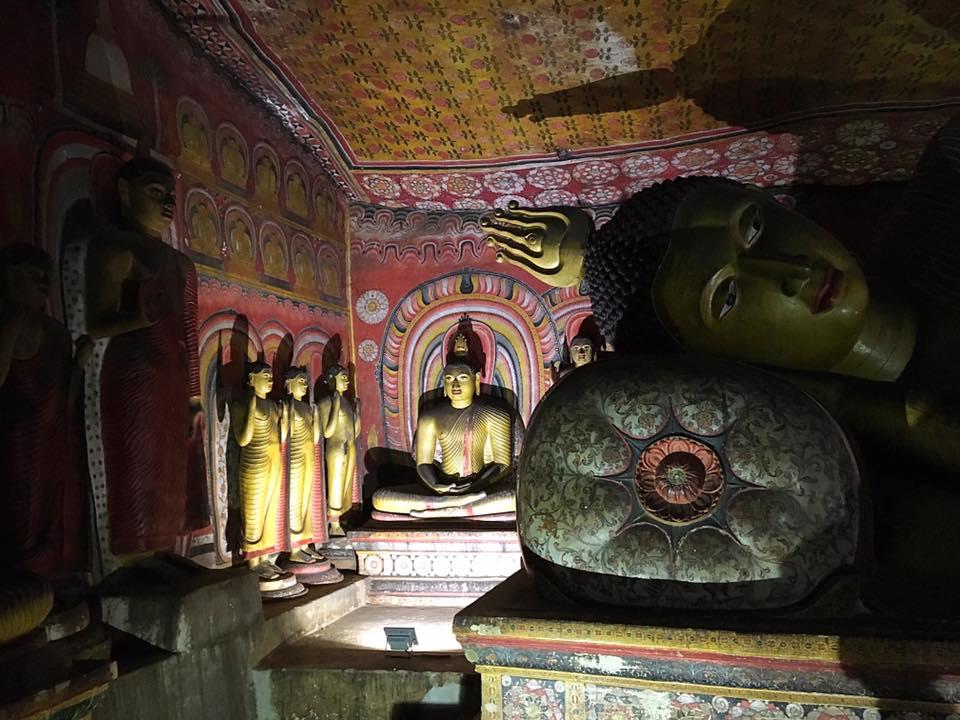 Отдыхающий Будда в пещерном храме